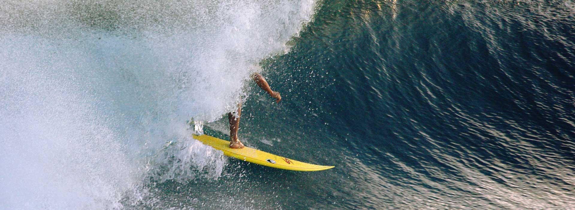 Iker Aguirre surfe aux Maldives.